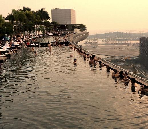 On top von der Marina Bay mit dem Rooftop-Pool und der Skyline im Hintergrund