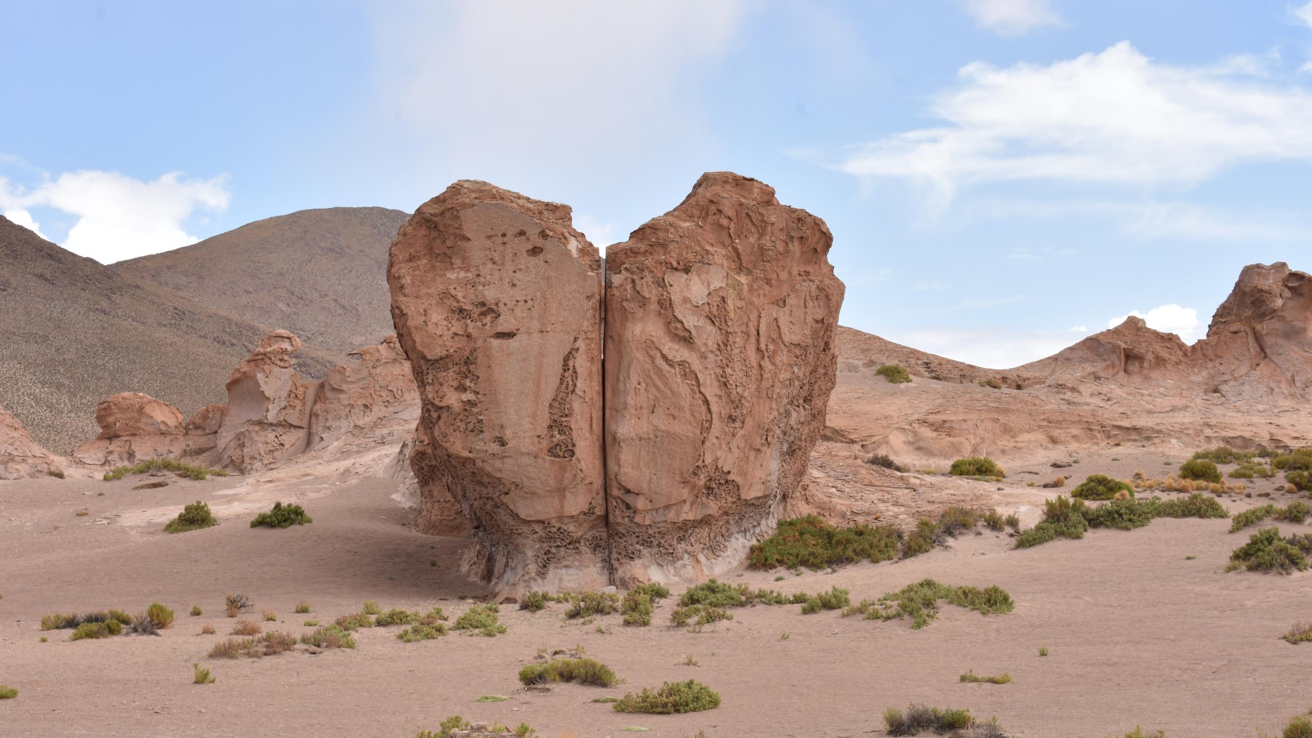 Herzförmiger Stein in der Wüstenlandschaft