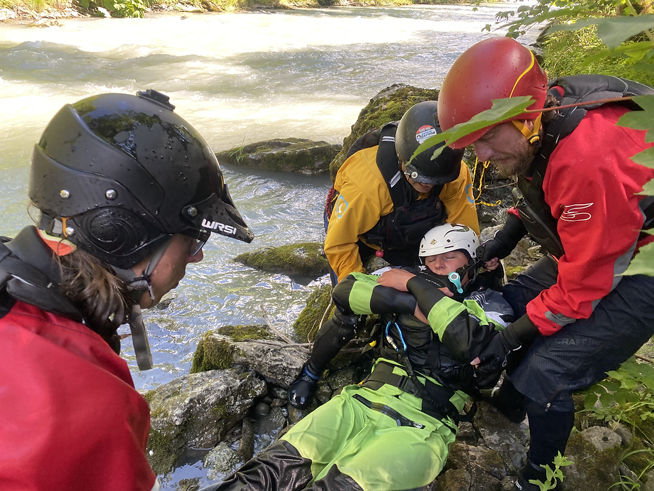 In der  Vertiefungs Rettungskurs stellen wir Rettungsszenen nach! - LosLeones.ch