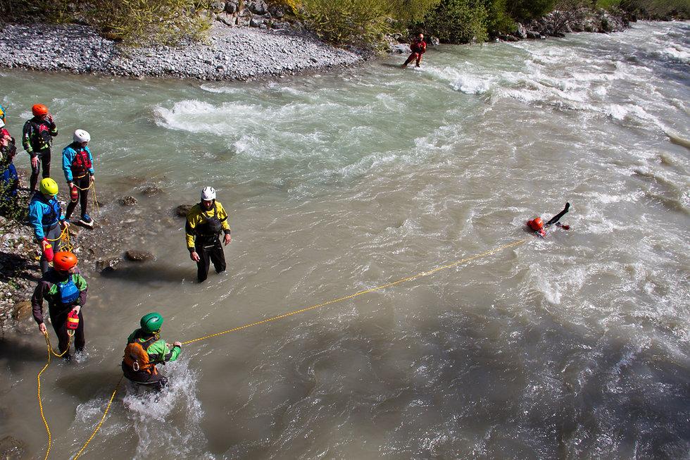 Unsere Rettungskurse erhöhen deine Sicherheit auf dem Fluss! - LosLeones.ch