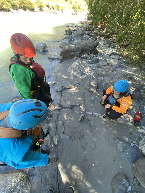 Bei uns lernst du praxisbezogen Theorie direkt am Flussufer! - LosLeones.ch