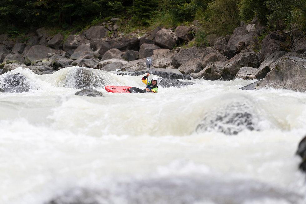 Lerne das saubere Befahren von technischem Wildwasser bei uns! - LosLeones.ch