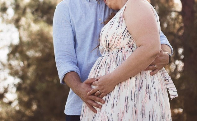 image of a pregnant couple