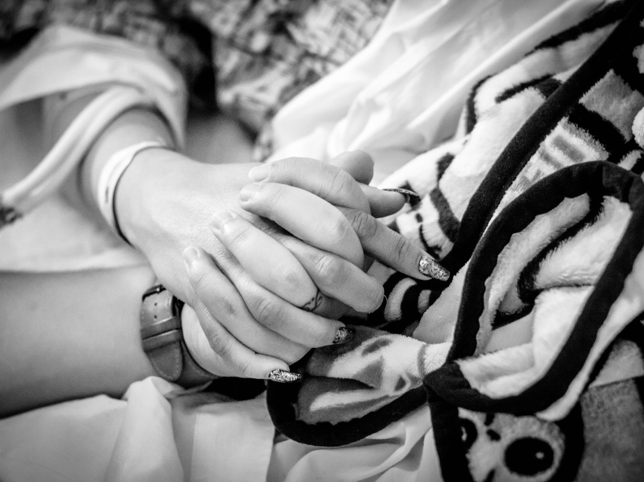 husband holding wife hand while in labor at Hoag Hospital -bug and roo photography-birth photographer-newport beach, Orange County