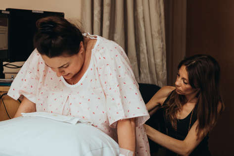 laboring mom during birth |Bug ad Roo Photography | Orange County Birth Photographer | Saddleback Hospital