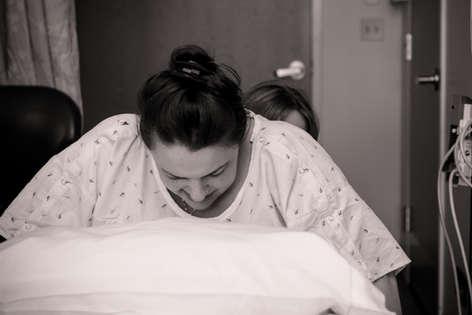 pregnant mom laboring next to bed during birth |Bug ad Roo Photography | Orange County Birth Photographer | Saddleback Hospital