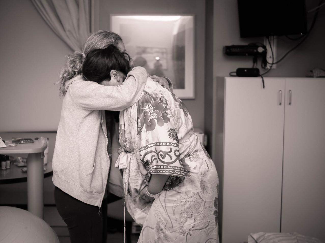 Mom leaning on Her doula during labor-Burg and roo photography-Hypnobirth-Joyous birthing-Kaiser Irvine-Birth Photographer-Orange County