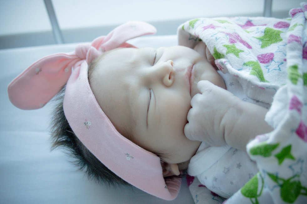 hand on baby's face at Hoag Hospital-Bug and Roo Photography-Fresh 48 hospital Photographer-Newport Beach-Orange County