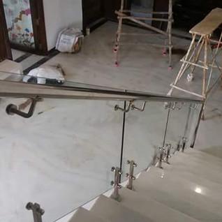आंतरिक सीढ़ी-कांच की रेलिंग-इस्पात-एच-