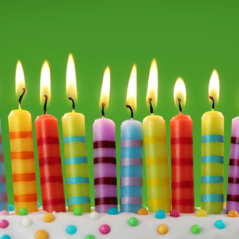 Ten%20colorful%20candles%20on%20green%20