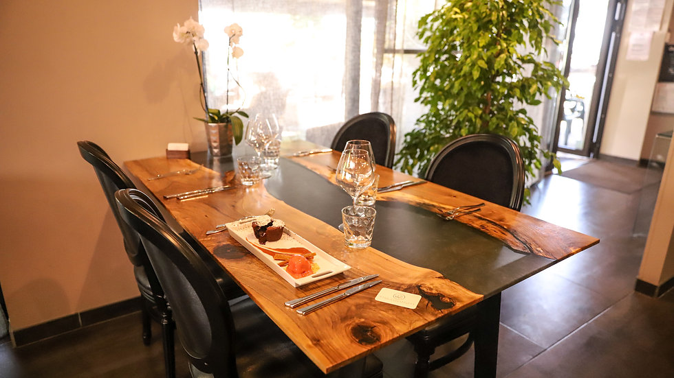 Table à manger noyer massif et résine