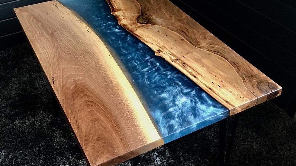 Table basse noyer massif et résine