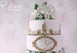 Pastel de bodas con flores dorado