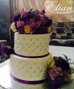 Pastel de bodas con flores moradas