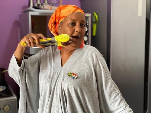 Kochlehrerin Fadela Tolker in ihrer lila Küche