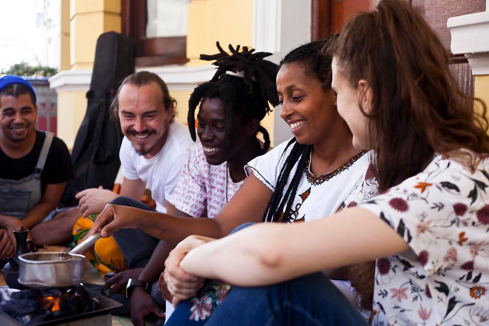 Afrikanische Köstlichkeiten machen mehr Freude, wenn man zusammen teilt. Foto; Oliver Petrie & Yann Macherez (Momentum Productions)