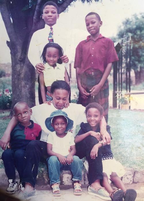 Ipeleng (mit Hut) mit Mama Sharon, Schwester Moipone und ihren Cousins.