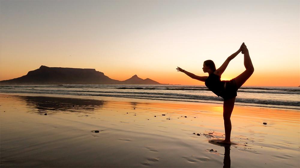 Yogamädchen am Strand vor dem Tafelberg.