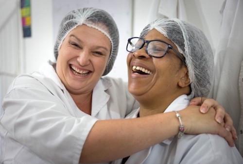 Adri und Eunice suchen nach neuen Wegen ihre Kekse zu verkaufen