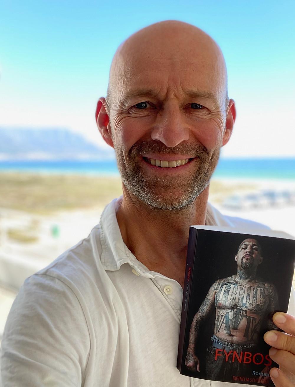 Autor Diethelm Schüssler mit seinem Werk 'Fynbos'
