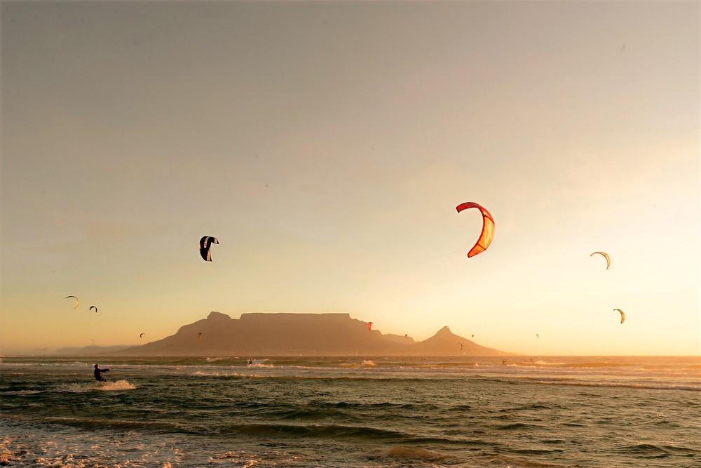 Kitesurfer steigen wie Drachen aus dem Wasser