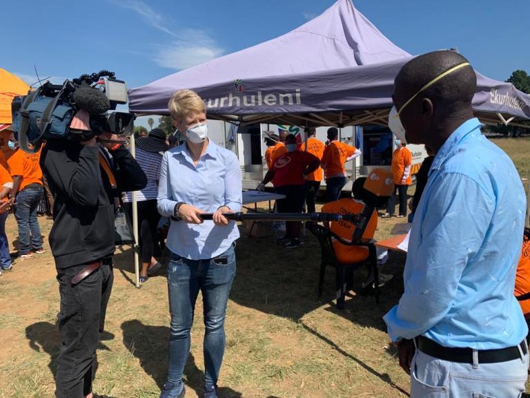 Kameramann Daniel Raquet und Sandra Theiß bei der Arbeit. Quelle: ZDF