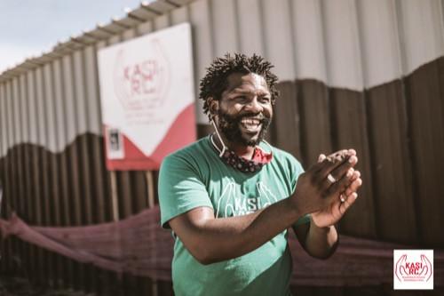 Mandisi Sindo vor seinem Theater in Khayelitsha
