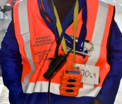 Uniform und Scanner der offiziellen Parkwächter in Kapstadt