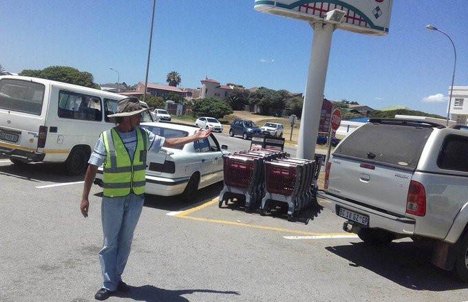 Car Guard Joseph bei der Arbeit in Kapstadt