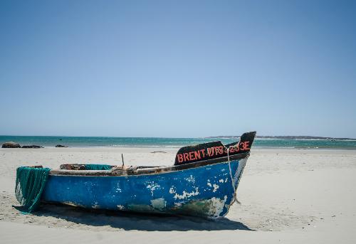 Traumstrand mit Fischerboot in Paternoster, Südafrika