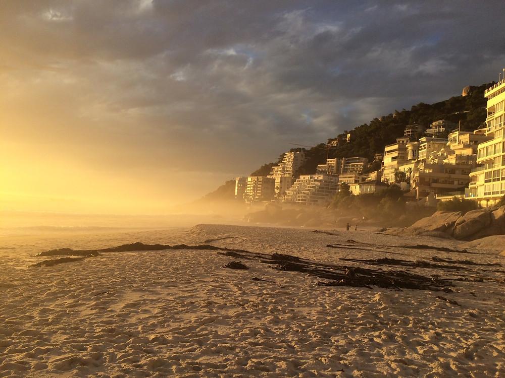Leerer Strand in Clifton kurz vor Sonnenuntergang