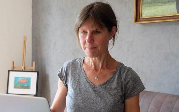 Autorin Dagmar Petrick beim Nachdenken Foto: Doris Behm