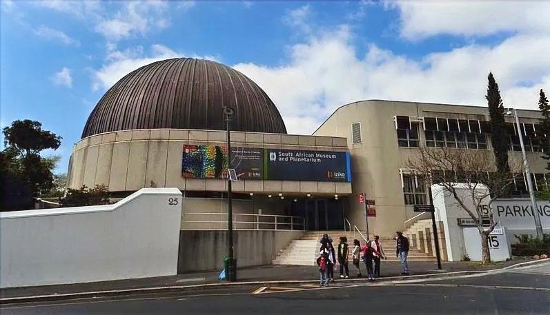 Gäste warten vor dem Planetarium auf Einlass in Kapstadt