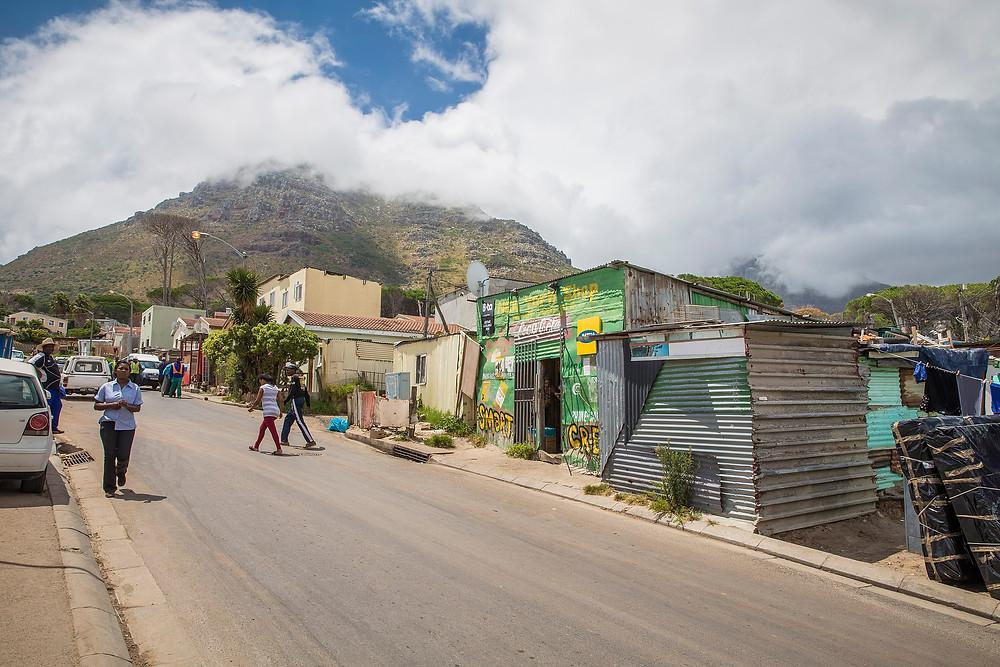 Straße in einem Township bei Kapstadt