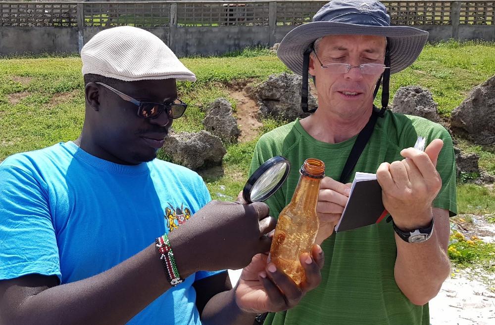 Gilbert Owato und Peter Ryan dokumentieren Plastikfunde.