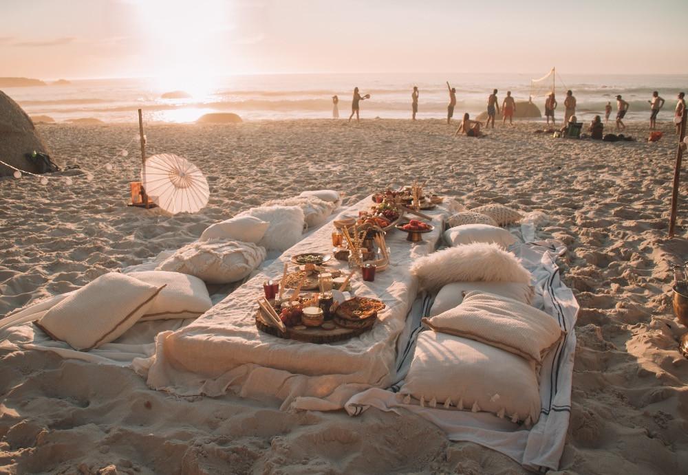 Extravagantes Sundowner Setting am Strand in Kapstadt