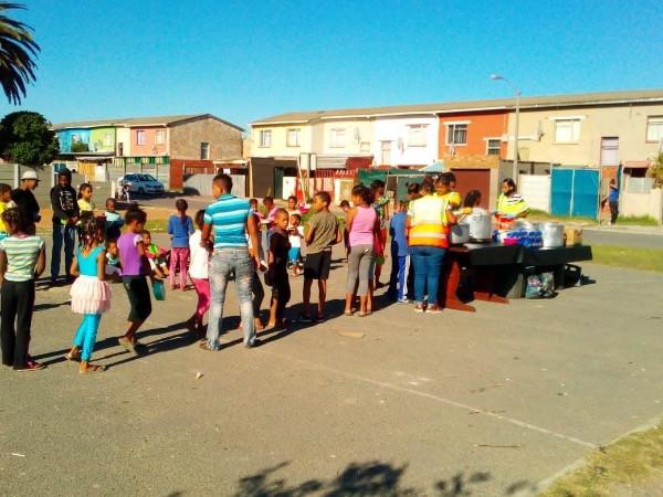Bei der Essensausgabe in Khayelitsha