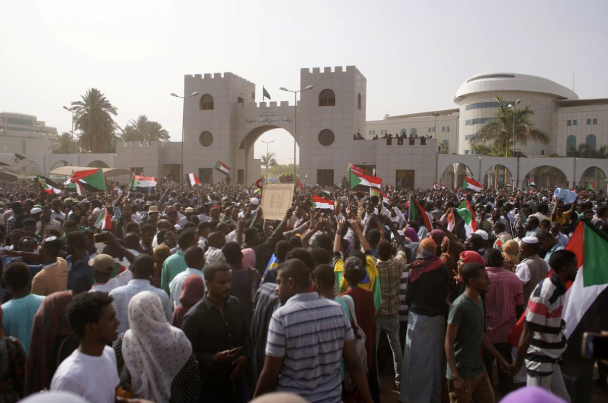 Sudanese demonstrators attend a protest rally demanding Sudanese President Omar Al-Bashir to step down outside the Defence Ministry in Khartoum, Sudan April 11, 2019. REUTERS/Stringer