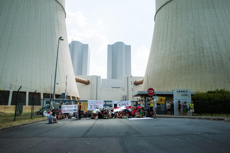 Sitzblockade vor einem Kohlekraftwerk im Leipziger Land.jpg