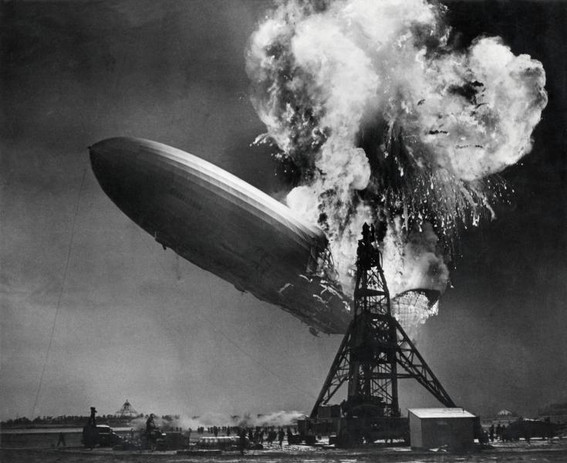 "Крушение дирижабля ""Гинденбург"". Фото: Sam Shere (1905–1982) Zeppelin-ramp de Hindenburg / Hindenburg zeppelin disaster, Общественное достояние, commons.wikimedia.org"