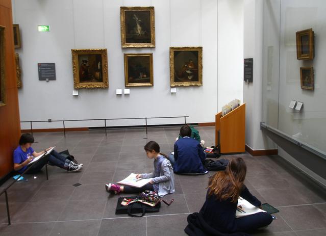 Дети в Лувре рисуют. ФотоChris Waits,https://www.flickr.com/photos/78341140@N00/5715071674/
