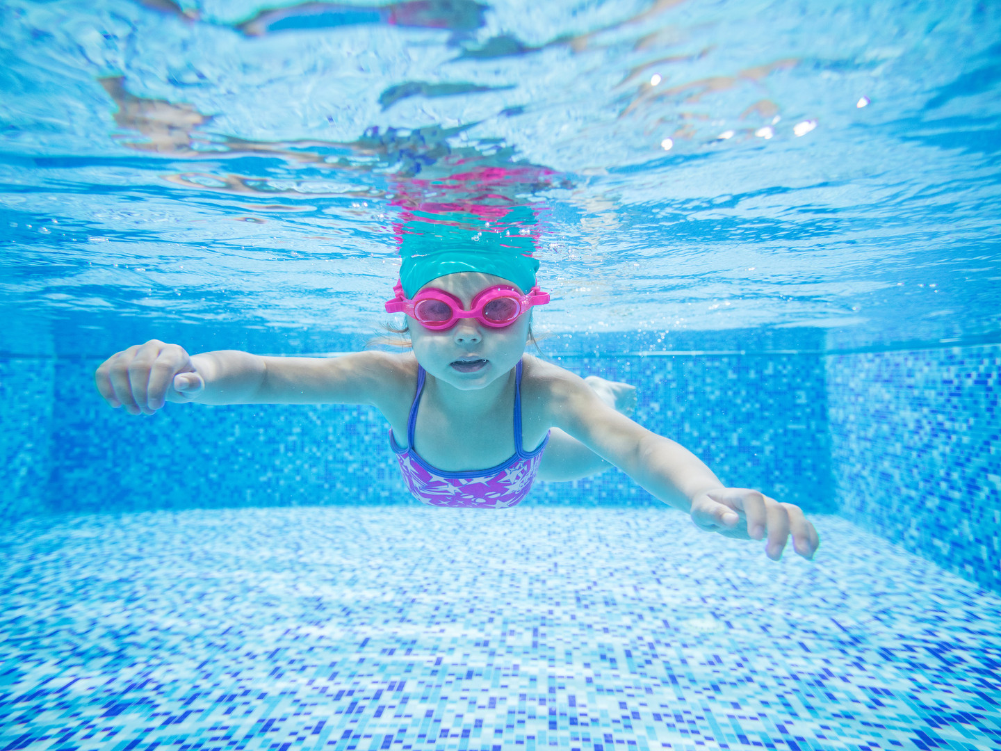 little-girl-diving-in-swimming-pool-P5NR