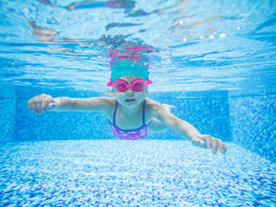 little-girl-diving-in-swimming-pool-P5NR