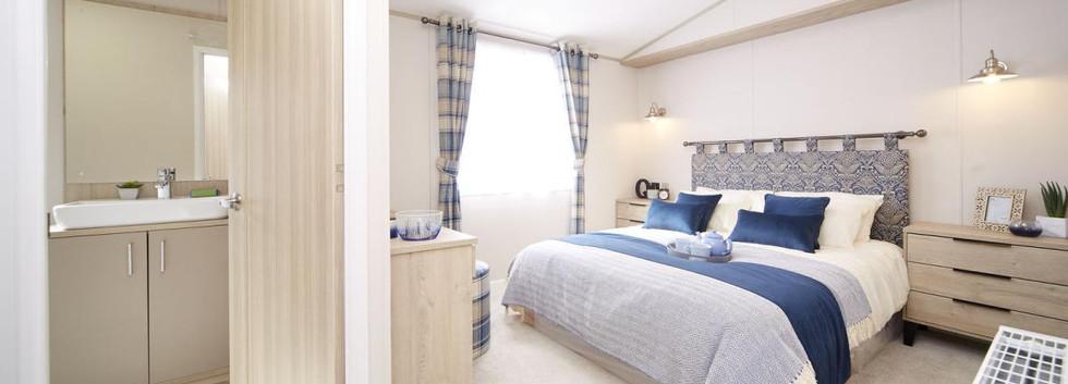 2020-atlas-lilac-lodge master bed.jpg
