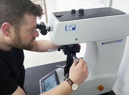 פיטר גלצר מבצע בדיקת רמת קשיות במטאלבס