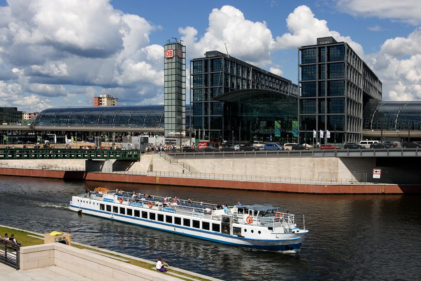Berlin-Hauptbahnhof_Schiff_240_c_visitBerlinde_RET