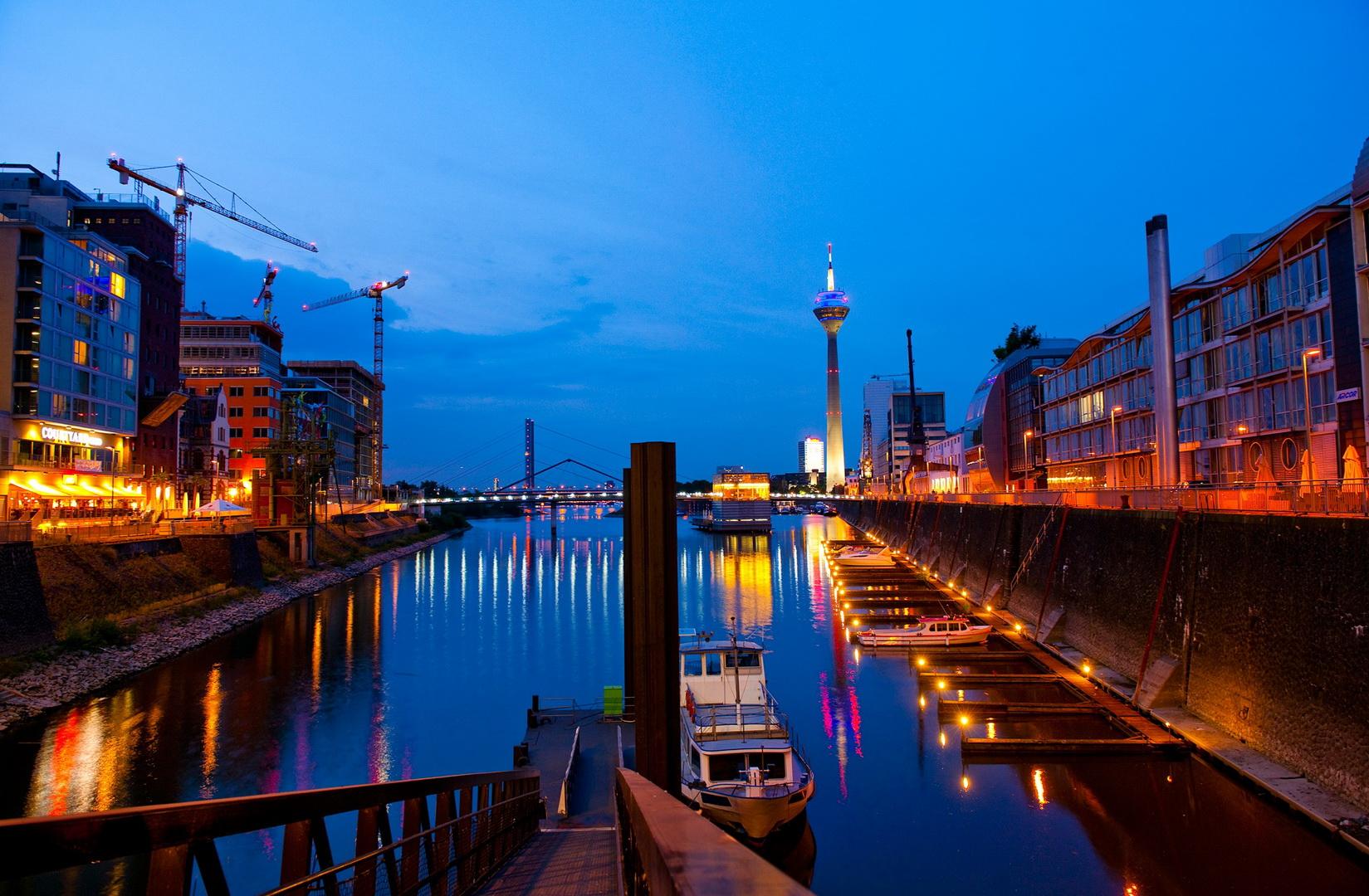 Abend_am_Medienhafen__Foto_Oliver_FrankeTourismus_NRW_eV_RET