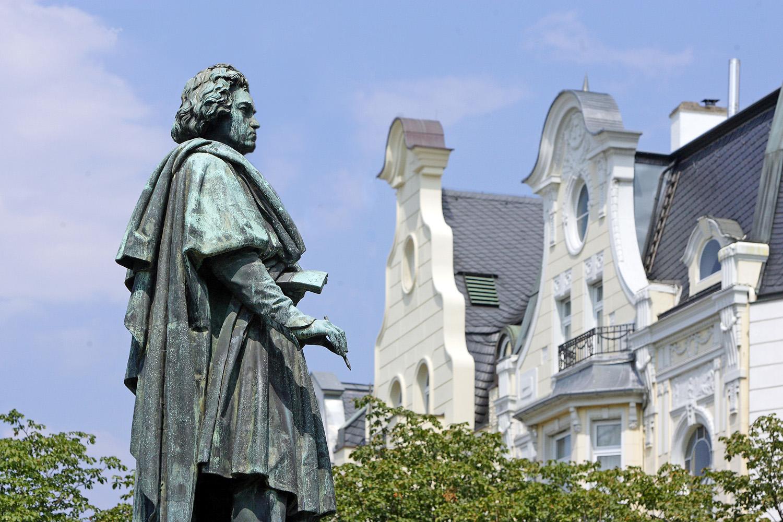 Beethoven-Denkmal_in_Bonn_c_Tourismus__Congress_GmbH_Region_Bonn___Rhein-Sieg_Ahrweiler_RET