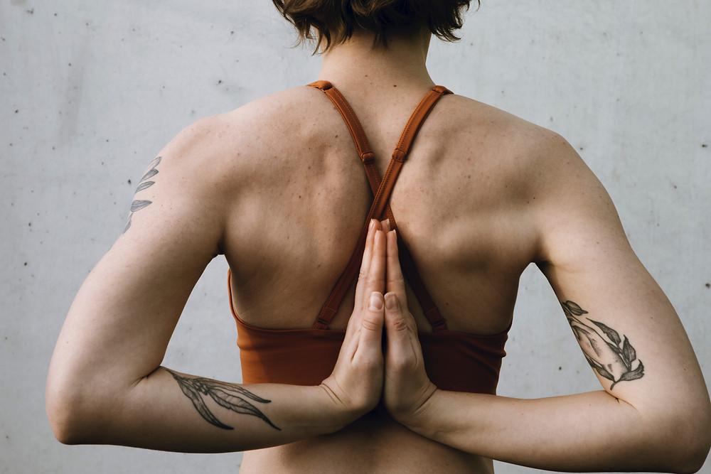 Frau mit gefalteten Händen hinter dem Rücken