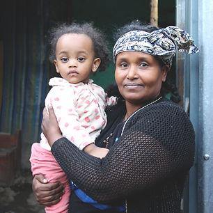 Una donna e una bambina nei centri di riciclo della plastica di Associazione Zenzero